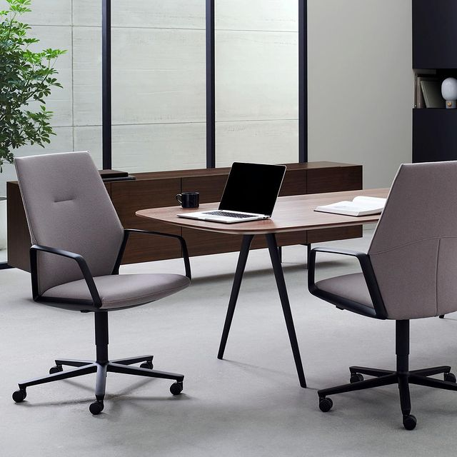 Davis' M75 chair looks like an executive conference chair but functions like a highly customizable task chair. ⠀ . ⠀ The geometry of the chair is designed so the user is a counterweight for the seating mechanism, providing comfort with no adjustments needed- an elegantly balance of modern design and function.  . ⠀ Open aluminum arms or upholstered enclosed arms, mid or high back.  Polished aluminum or powder coat base in six neutrals to fit seamlessly into your design.
